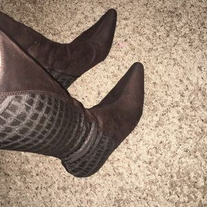 Like new brown Kelly&Katie adorable healed boots!
